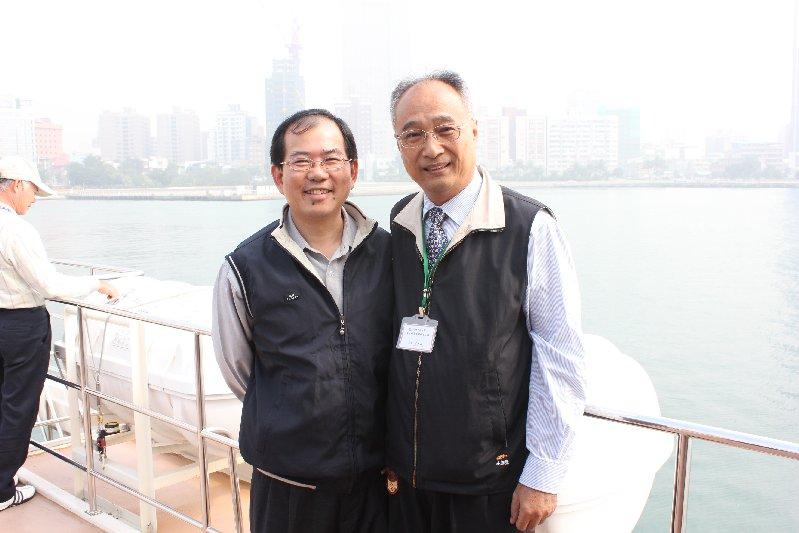 (左)岡山區長王嘉東,(右)李州正副校長