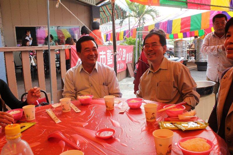 岡山區長王嘉東(右) 岡山區公所民政課長洪金登(左)